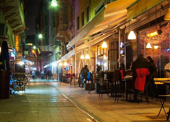 De gezellige avondsfeer in Istanbul