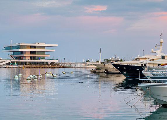 De haven en kustlijn van Valencia